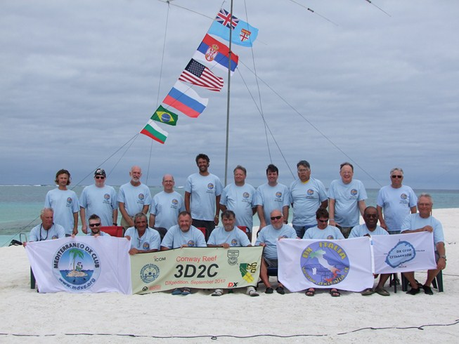 ‎3D2C Team 2012 waving the MDXC flag from Conway Reef.